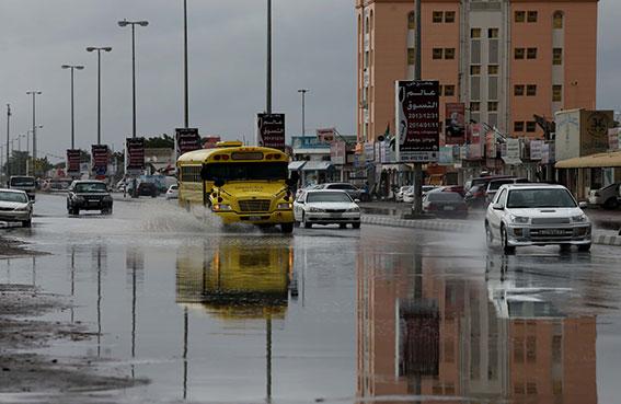 أمطار غزيرة تهطل على مناطق رأس الخيمة وتملأ الطرق بالمياه وتعطل نشاط الصيادين