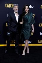 جورج كلوني مع زوجته أمل خلال حضورهما العرض الأول لفيلم