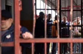 سجناء يحتجزون حراسا رهائن في البرازيل