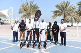 مركز النقل المتكامل يتفقد موقع تشغيل الدراجات الكهربائية في كورنيش أبوظبي