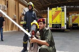 «دفاع مدني العين» يحقق أمنية طفل بأن يصبح رجل إطفاء