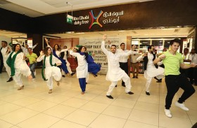 مطار أبوظبي الدولي يحتفل مع المسافرين بأعياد الاستقلال لباكستان والهند