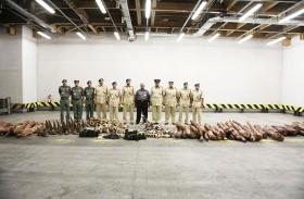 شرطة دبي تسلم كميات كبيرة من العاج والصندل لوزارة التغير المناخي والبيئة