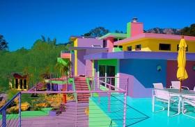 تحوّل منزلها إلى لوحة فنية بألوان قوس قزح