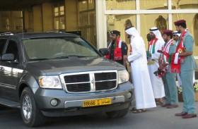 شرطة أبوظبي تواصل استقبال العمانيين في المنافذ بالأعلام والورود