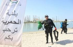 بلدية الحمرية تشارك نادي الشارقة الدولي للرياضات البحرية في تنظيف خور الحمرية