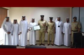 مركز شرطة جبل علي يكرم مواطناً لتعاونه