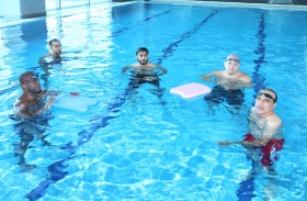 شرطة رأس الخيمة تعزز مهارات منتسبيها على السباحة