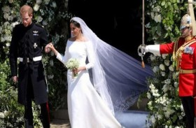 ميجان ماركل تسلم جائزة الأزياء لمصممة فستان زفافها