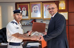 شرطة أبوظبي تكرم مهندس مرور لانتهاء فترة عمله