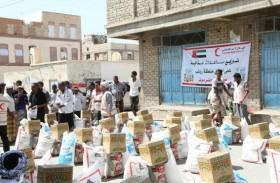 الهلال الأحمر الإماراتي يوزع مساعدات غذائية على أهالي مدينة روكب بالمكلا