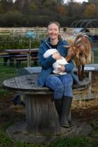 سالي باين تبتسم وهي تحضن أرنبها المفضل «جمبر»، خلال زيارة إلى مزرعة مجتمعية تظل مفتوحة لدعم الضعفاء وسط جائحة COVID-19 ، في بريطانيا.   رويترز