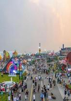 صورة جوية ملتقطة لعدد كبير من الأشخاص يشاركون في مهرجان بيرة تشينغداو السنوي في تشينغداو بمقاطعة شاندونغ شرق الصين. ا ف ب