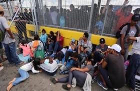 مهاجرون يغلقون معبراً حدوديًا بين الولايات المتحدة والمكسيك
