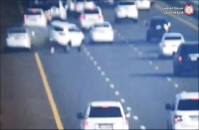 شرطة أبوظبي تبث مشاهد حقيقة للانشغال بغير الطريق