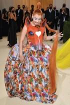 المغنية الألمانية كيم بيتراس خلال حضورها حفل متحف متروبوليتان للفنون والأزياء في نيويورك.  ا ف ب