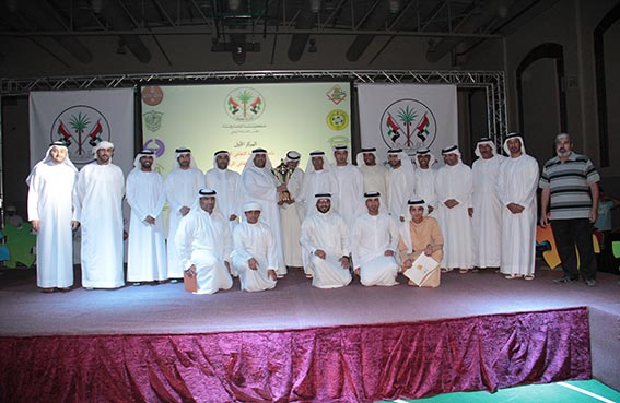 ثاني الشامسي رئيس مجلس إدارة نادي الحمرية يحتفل مع كوادر النادي بالفوز بالمركز الأول في النشاط الصيفي