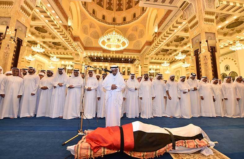 محمد بن راشد ومحمد بن زايد والحكام وأولياء العهود يؤدون صلاتي المغرب والجنازة على جثمان الفقيد