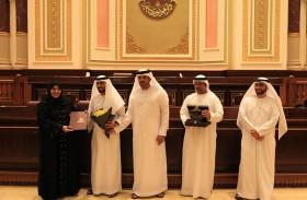 خولة الملا تمنح أوسمة التميز للفائزين في جائزة المجلس الاستشاري للتميز لعام 2019