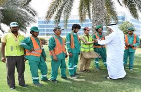 بلدية مدينة أبوظبي توزع المياه والعصائر على العمال في منطقة مصفح