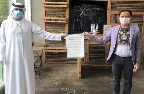 بلدية مدينة أبوظبي توزع ملصقات إرشادية بخمس لغات لتوعية العاملين في المحلات التجارية بفيروس كورونا