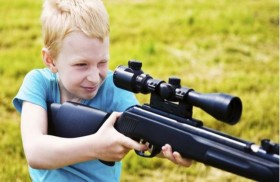 هكذا تواجه شغف طفلك بألعاب الأسلحة