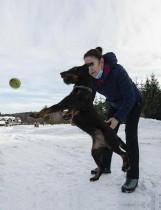 لينكا فلاتشوفا، مدربة تعمل في فرقة إطفاء براغ، تلعب على الثلج مع كلبها المسمى لاكي أمام مركز تدريب كلاب شم واكتشاف Covid-19 ، جمهورية التشيك. ا ف ب
