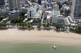 تايلنديون يعودون إلى شواطئ البحر الفيروزية