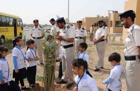 تلاميذ يغرسون «نخلة زايد» بمدارس الشرطة