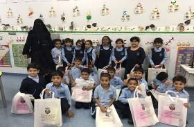 بلدية منطقة الظفرة توزع هدايا على طلاب مدارس السلع