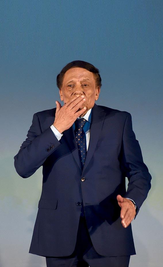 قبلة من الممثل المصري عادل إمام لجمهوره من على خشبة المسرح خلال الحفل الختامي لمهرجان قرطاج السينمائي في العاصمة التونسية. (أ ف ب)