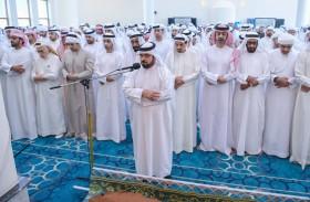 حاكم عجمان يؤدي صلاة الجنازة على جثمان محمد سلطان بن غليطه الغفلي