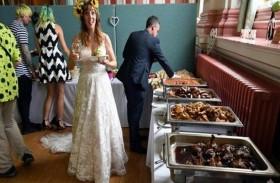 عروسان يطعمان 280 مدعواً من بقايا الطعام