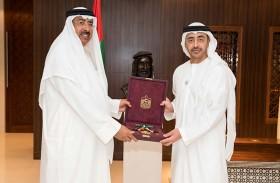 رئيس الدولة يمنح سفير البحرين وسام زايد الثاني من الطبقة الأولى