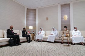 منصور بن محمد يستقبل وزيراً في مكتب رئيس الوزراء السنغافوري ويبحثان تجربة الإمارات في مكافحة كوفيد- 19