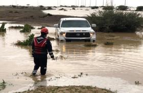 شرطة أبوظبي تنقذ 32 شخصا محصورين و25 سيارة بالأودية بالعين