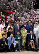 رئيس الوزراء الياباني شينزو آبي وزوجته أكي مع عدد من الفنانين والرياضيين خلال حفل لموسم أزهار الكرز الذي استضافه رئيس الوزراء في طوكيو ودعا إليه نحو 000 14 شخص وأفراد أسرهم. (ا ف ب)