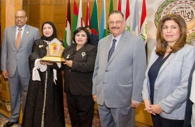 تكريم الشيخة فاطمة ومنحها وسام شرف ولقب «روح الانسانية ونبع الخير والعطاء بالوطن العربي»