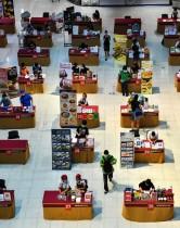 مطاعم تقيم أكشاكًا وفقا للتباعد الاجتماعي بسبب تفشي فيروس كورونا، في متجر متعدد الأقسام في بانكوك. رويترز
