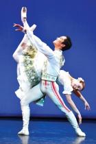 فيرناندا أوليفيرا وجيفري سيريو يؤديان عرض Coppelia خلال بروفة لفرقة الباليه الإنجليزية الوطنية، داخل قاعة المهرجان الملكية في مركز ساوث بانك لندن.   رويترز