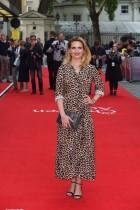الممثلة البريطانية الأمريكية هايلي أتويل تقف على السجادة الحمراء لدى وصولها لحضور العرض الأول لفيلم The Children Act في لندن (أ ف ب)