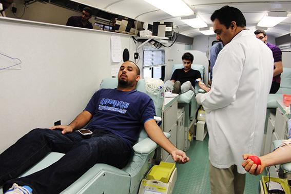 63 متبرعاً خلال حملة للتبرع بالدم في جامعة عجمان