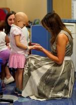 السيدة الأمريكية الأولى ميلانيا ترامب تداعب المريضة إيسنس أوفرتون أثناء زيارتها مستشفى فاندربيلت للأطفال في ناشفيل ، الولايات المتحدة.    (رويترز)