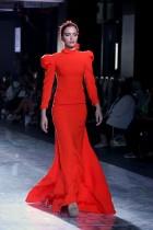 عارضة تقدم زيّـاً من إبداع المصمم الكويتي نادي بو شهري خلال أسبوع الموضة الكويتية في مدينة الكويت.(ا ف ب)