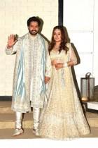 ممثل بوليوود فارون داوان ومصممة الأزياء ناتاشا دلال بعد زفافهما في عليباغ. ا ف ب