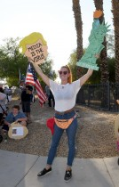 ستيفاني كينسلي من نيفادا خلال احتجاجها على تمرير مشروع قانون التصويت بالبريد خلال مظاهرة للحزب الجمهوري في نيفادا لاس فيغاس. ا ف ب
