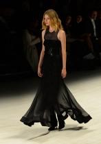 عارضة ترتدي زيا من تصميم المصمم الأسترالي ستانزي في أسبوع الموضة بسيدني. (ا ف ب)