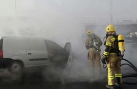 إخماد حريق مركبة في عجمان