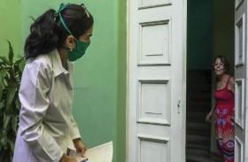 طلاب الطب في كوبا يجولون من منزل إلى آخر بحثا عن إصابات بفيروس كورونا