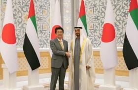محمد بن زايد يبحث مع رئيس وزراء اليابان العلاقات الثنائية والأوضاع في منطقتي الخليج العربي والشرق الأوسط والقضايا الإقليمية والدولية
